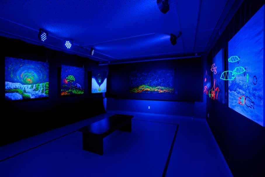 """Vista da exposição """"Luminescências [...]"""", com a obra """"Araucárias e a Gralha Azul"""" à esquerda (a primeira)"""