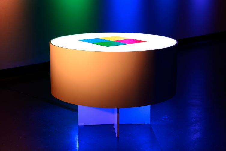 Mesa de luz com tangram (2017)