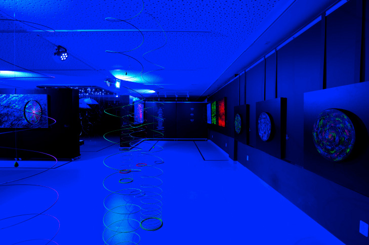 """Vista da exposição """"Luminescências"""", com instalação com telas circulares giratórias (à direita, na foto) (2017)"""