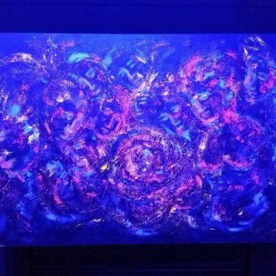 """Acrílica sobre tela """"Humanidade em nós"""", com projeção de luz azul"""